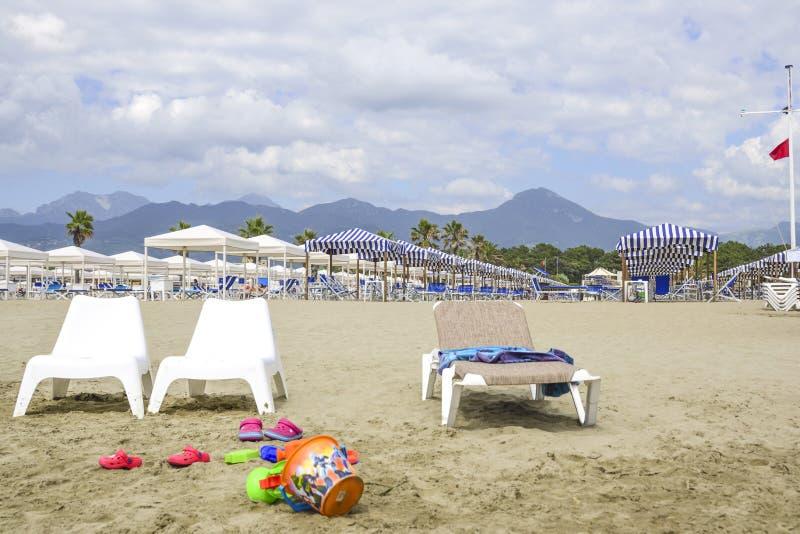 Παραλία με τα παιχνίδια για τα παιδιά στο πρώτο πλάνο Στο backgrou στοκ φωτογραφία