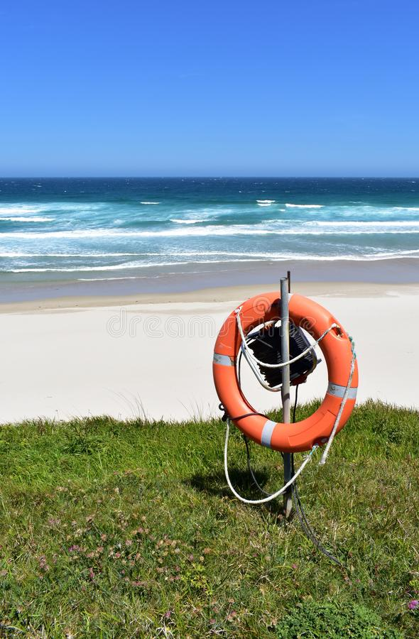 Παραλία με τη λευκά άμμο, τα κύματα και το συντηρητικό ζωής Lugo, Ισπανία στοκ εικόνες με δικαίωμα ελεύθερης χρήσης