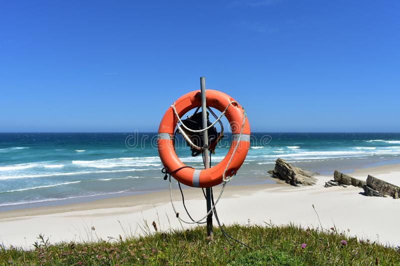 Παραλία με τη λευκά άμμο, τα κύματα και το συντηρητικό ζωής Lugo, Ισπανία στοκ φωτογραφίες με δικαίωμα ελεύθερης χρήσης