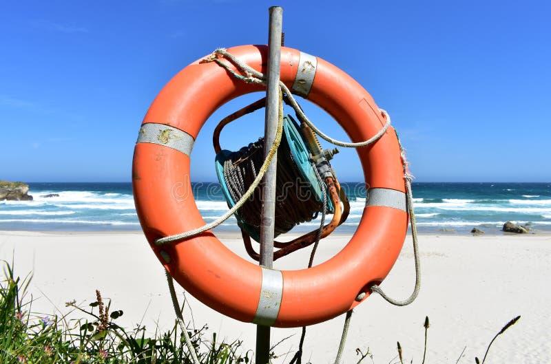 Παραλία με τη λευκά άμμο, τα κύματα και το συντηρητικό ζωής Lugo, Ισπανία στοκ εικόνα με δικαίωμα ελεύθερης χρήσης