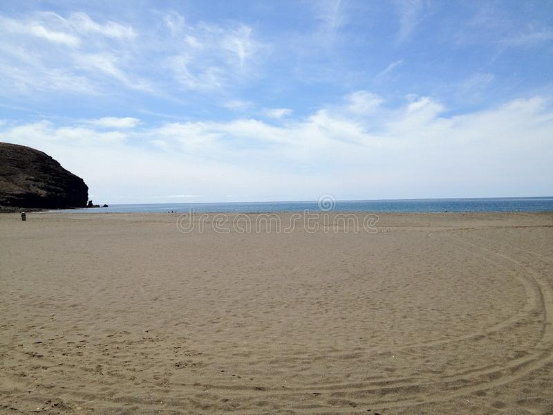 Παραλία με τη μακριά άμμο στοκ φωτογραφία με δικαίωμα ελεύθερης χρήσης