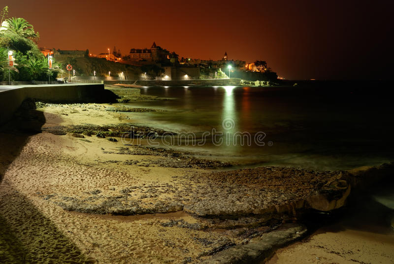 Παραλία με τους βράχους στο βράδυ στοκ εικόνες με δικαίωμα ελεύθερης χρήσης