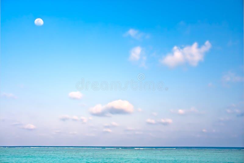 παραλία με το ρομαντικά σύννεφο και το φεγγάρι στοκ εικόνα με δικαίωμα ελεύθερης χρήσης