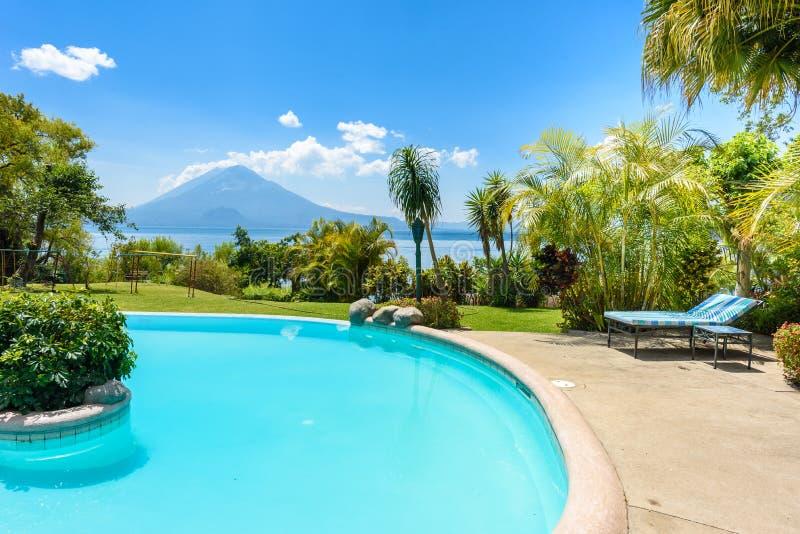 Παραλία παραδείσου με την καρέκλα στη λίμνη Atitlan, Panajachel - χαλάρωση και αναψυχή με το τοπίο τοπίων vulcano στις ορεινές πε στοκ εικόνες