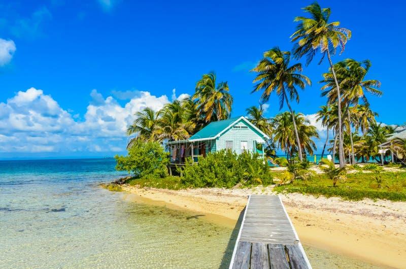 Παραλία παραδείσου στο σταθμό τομέων κοραλλιογενών νήσων τόξων της Carrie νησιών caye, καραϊβική θάλασσα, Μπελίζ Τροπικός προορισ στοκ φωτογραφία με δικαίωμα ελεύθερης χρήσης