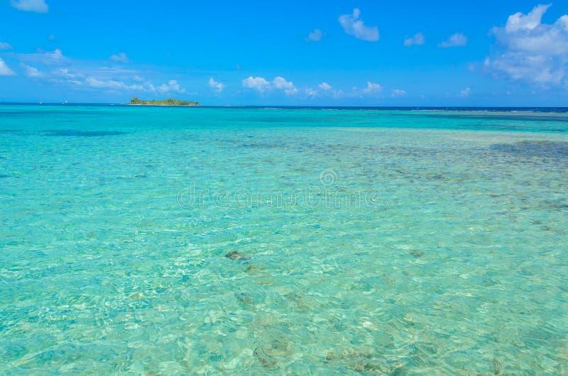 Παραλία παραδείσου στο σταθμό τομέων κοραλλιογενών νήσων τόξων της Carrie νησιών caye, καραϊβική θάλασσα, Μπελίζ Τροπικός προορισ στοκ εικόνα με δικαίωμα ελεύθερης χρήσης