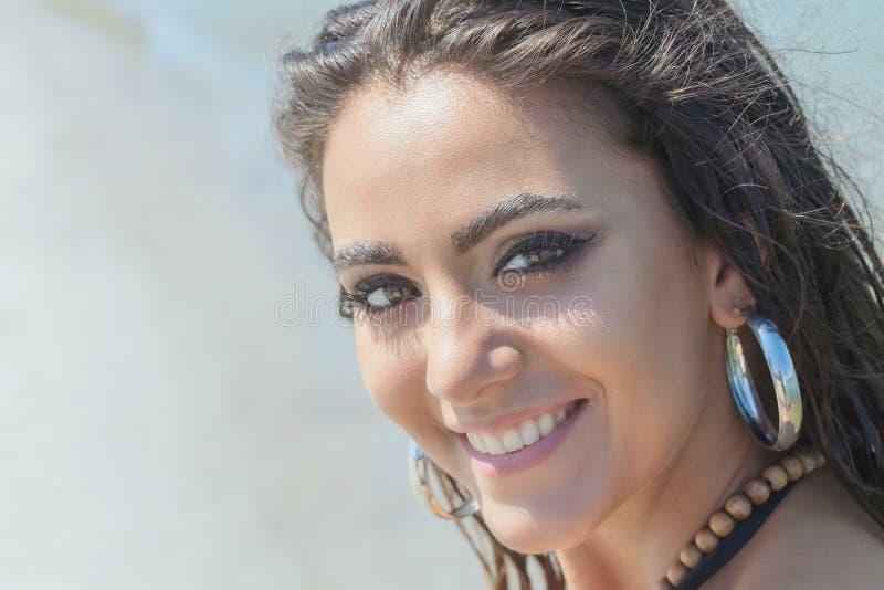 Παραλία πορτρέτου ομορφιάς του θηλυκού προσώπου με το φυσικό δέρμα Καλοκαίρι τ στοκ φωτογραφία με δικαίωμα ελεύθερης χρήσης