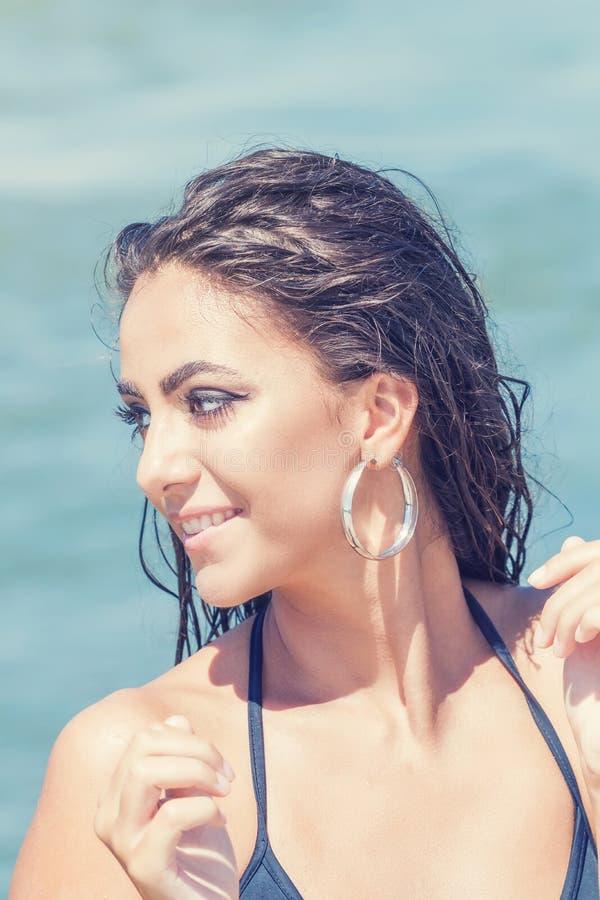 Παραλία πορτρέτου ομορφιάς του θηλυκού προσώπου με το φυσικό δέρμα Καλοκαίρι τ στοκ εικόνες με δικαίωμα ελεύθερης χρήσης