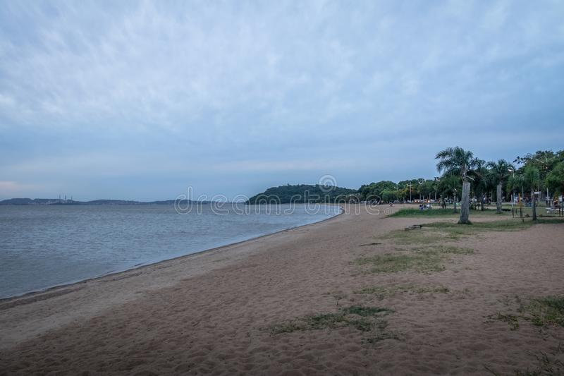 Παραλία ποταμών Guaiba σε Ipanema - το Πόρτο Αλέγκρε, Rio Grande κάνει τη Sul, Βραζιλία στοκ εικόνες
