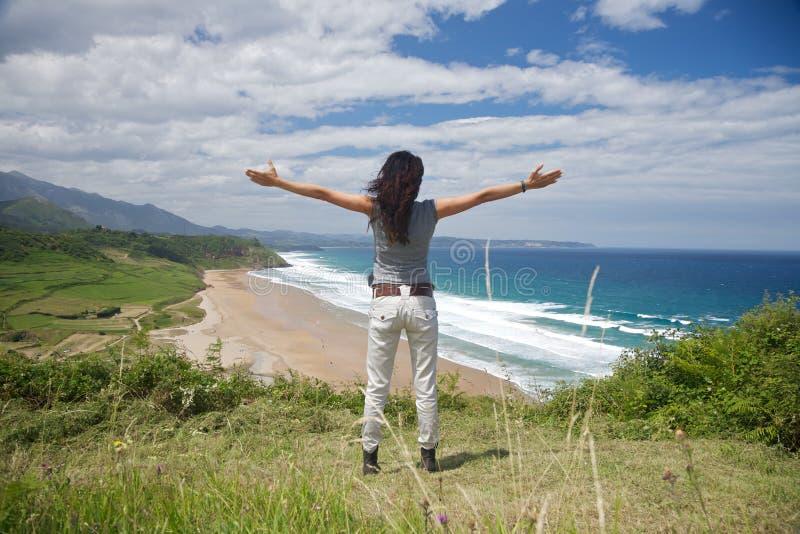 Download παραλία που αγκαλιάζει &t στοκ εικόνες. εικόνα από βουνό - 22787458