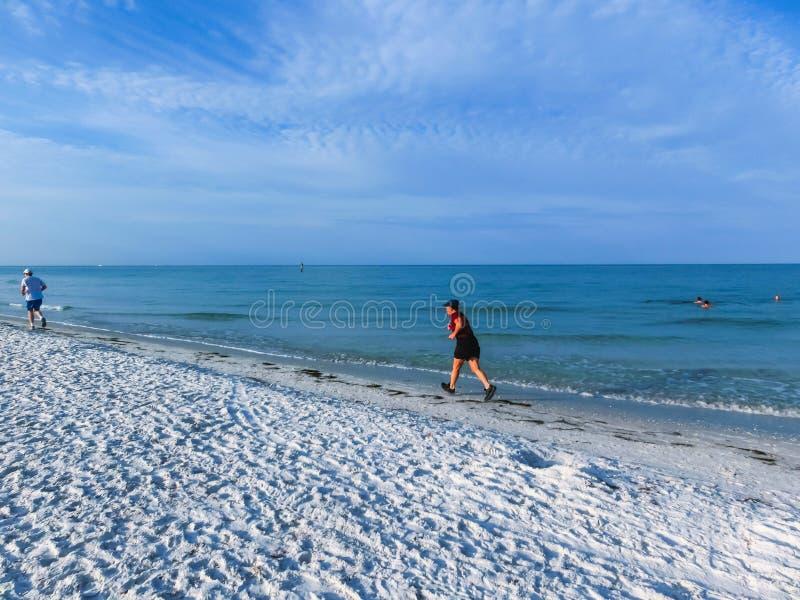 Παραλία που περπατά στη βασική παραλία σιέστας στοκ εικόνες