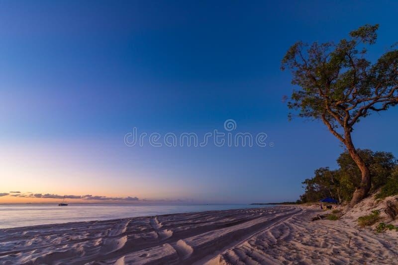 Παραλία που στρατοπεδεύει στο νησί Moreton στο Queensland Αυστραλία στοκ φωτογραφίες