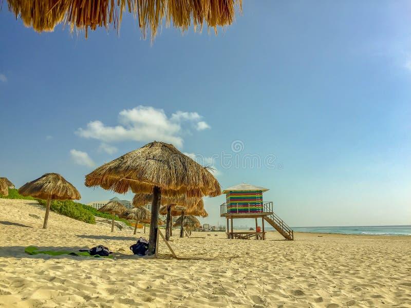 Παραλία σε Cancun, Μεξικό με τις ομπρέλες αχύρου στοκ φωτογραφία με δικαίωμα ελεύθερης χρήσης