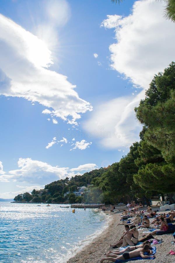Παραλία σε Drvenik με τον ουρανό στοκ εικόνες με δικαίωμα ελεύθερης χρήσης