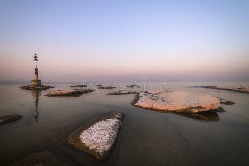 Παραλία Σιρμιόνε τη νύχτα και ηλιοβασίλεμα στοκ φωτογραφίες με δικαίωμα ελεύθερης χρήσης