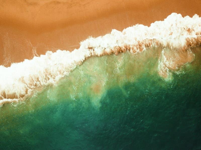 Παραλία στην εναέρια τοπ άποψη κηφήνων με τα ωκεάνια κύματα που φθάνουν στην ακτή στοκ εικόνες