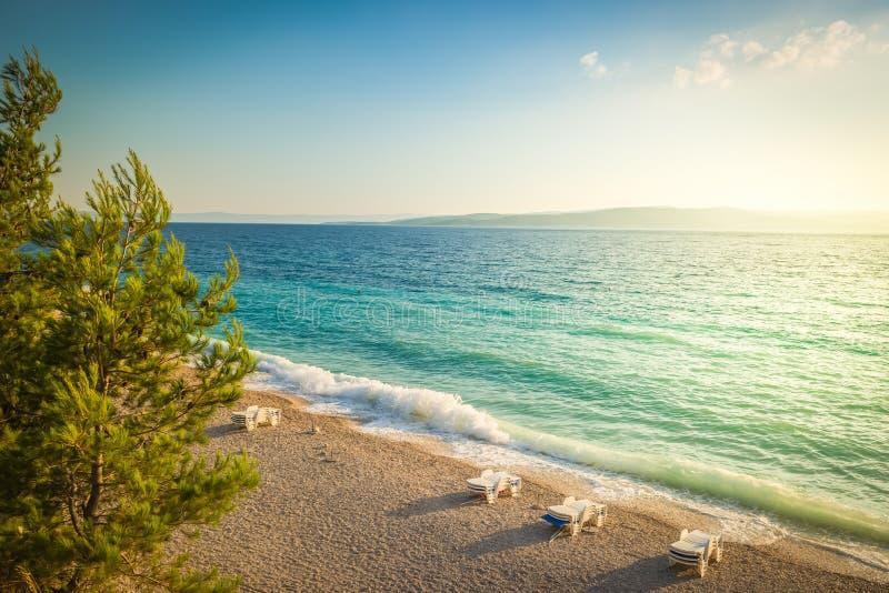 Παραλία στην κροατική ακτή, μπλε θάλασσα στοκ φωτογραφίες