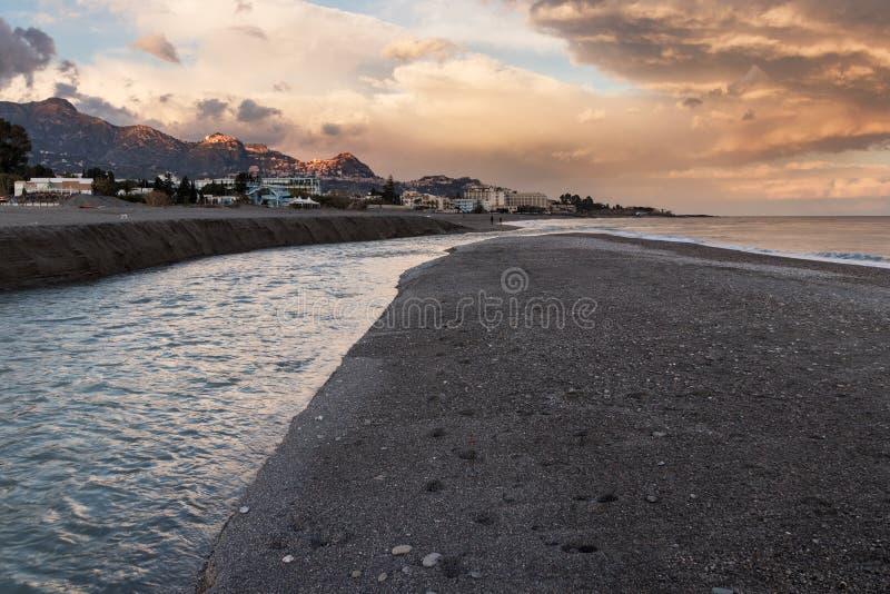 Παραλία στη Σικελία στο ηλιοβασίλεμα στοκ εικόνα με δικαίωμα ελεύθερης χρήσης