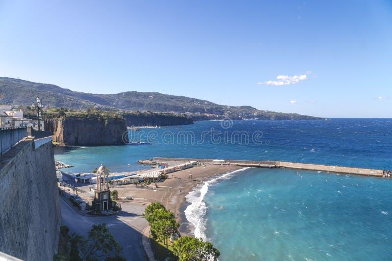 Παραλία, τέλος της εποχής κολύμβησης σε Σορέντο Τσιμεντένιοι ογκόλιθοι που χρησιμοποιούνται ως παράκτια προστασία στην Ιταλία στοκ φωτογραφίες με δικαίωμα ελεύθερης χρήσης