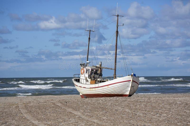 Παραλία της Δανίας με το αλιευτικό σκάφος στοκ φωτογραφίες με δικαίωμα ελεύθερης χρήσης