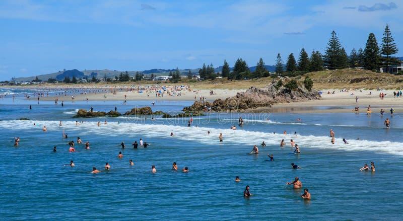 Παραλία της Νέας Ζηλανδίας με τις εκατοντάδες των ανθρώπων Τοποθετήστε Maunganui, NZ στοκ φωτογραφία