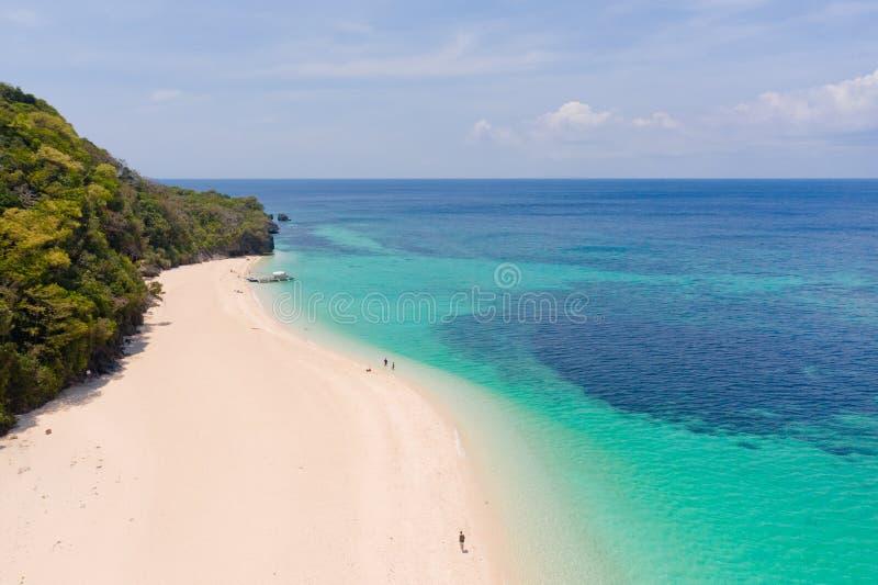 Παραλία της Shell Puka Ευρεία τροπική παραλία με την άσπρη άμμο Όμορφη άσπρη παραλία και κυανό νερό στο νησί Boracay, Φιλιππίνες, στοκ εικόνες