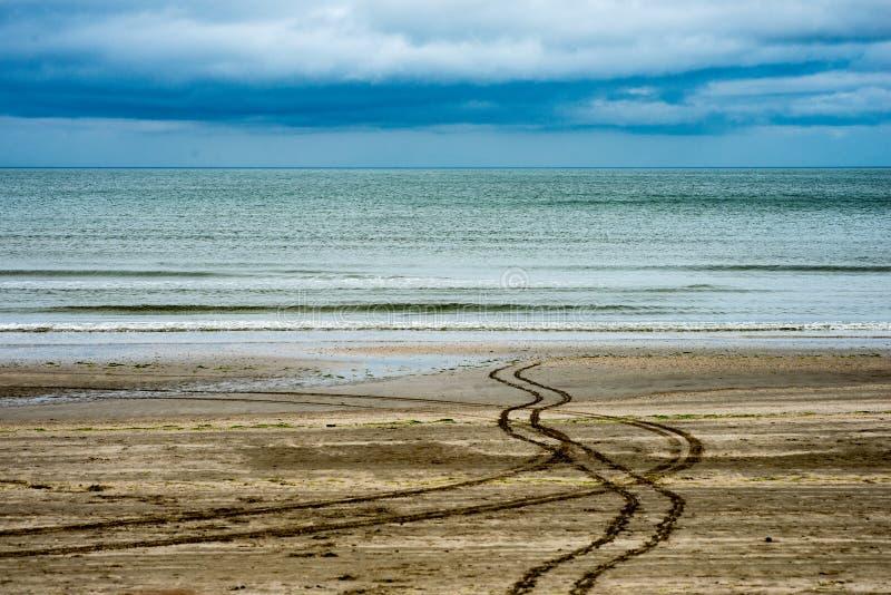 Παραλία τη συννεφιάζω βροχερή ημέρα σε Bettystown, Ιρλανδία στοκ εικόνες