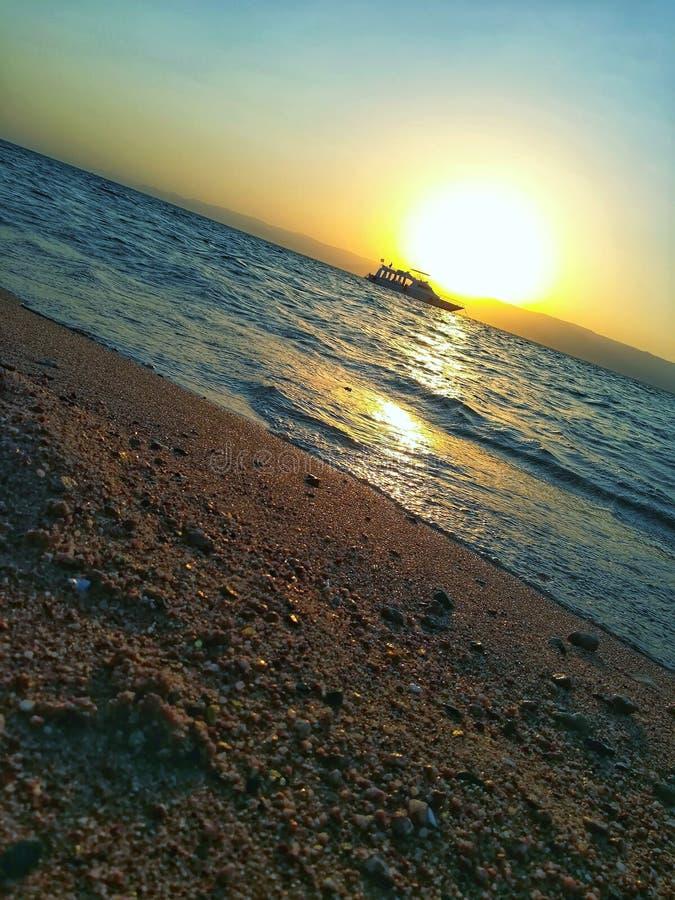 Παραλία του Άκαμπα Ιορδανία με το ηλιοβασίλεμα στοκ εικόνες