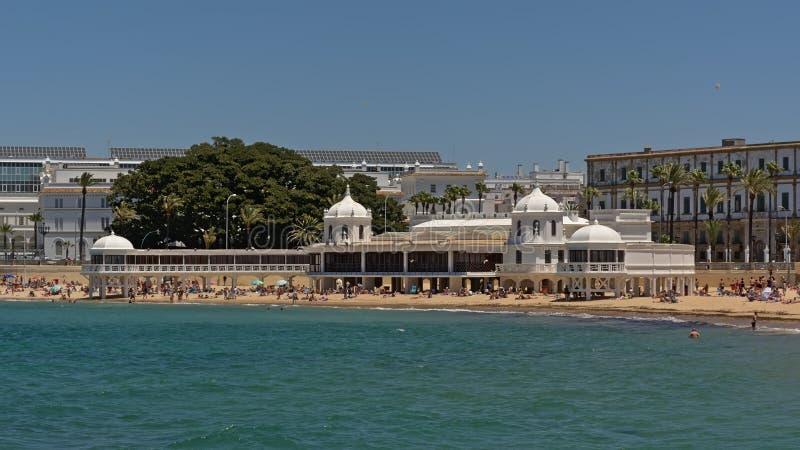 Παραλία caleta Λα στο Καντίζ, με το κτήριο της έδρας του υποβρύχιου κέντρου αρχαιολογίας της Ανδαλουσίας στοκ φωτογραφίες