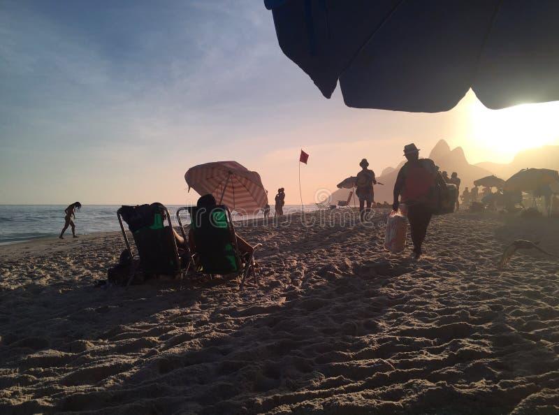 Παραλία Ipanema στο ηλιοβασίλεμα με τις σκιές ήλιων στοκ εικόνες