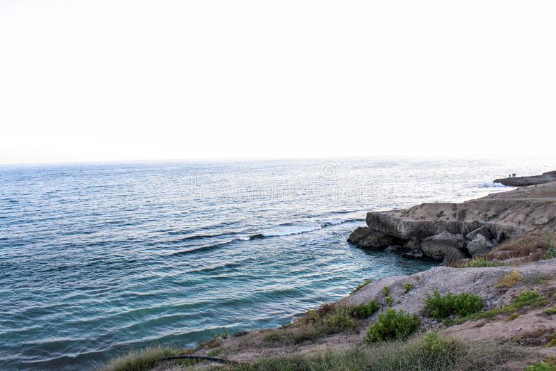 Παραλία Landsape και φύσης ή άποψη θάλασσας της παραλίας του Ομάν, βαθιά νερά με τους βράχους, τις όμορφα ταπετσαρίες και τα υπόβ στοκ εικόνες