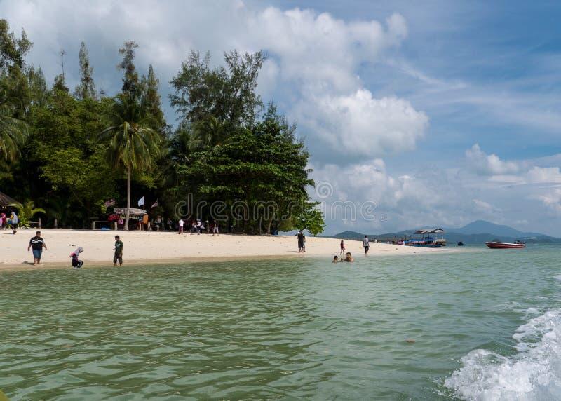 Παραλία Langkawi με το νερό και τους ανθρώπους στοκ εικόνες
