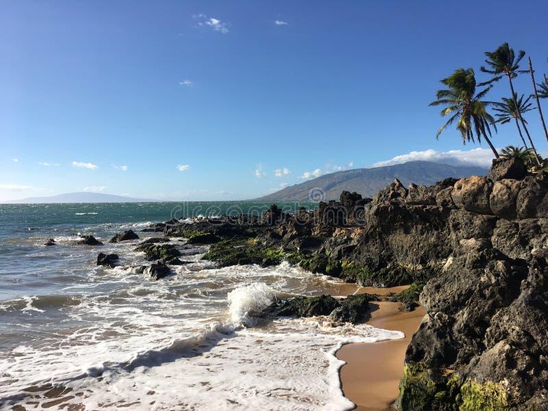 Παραλία Maui με το νησί στο υπόβαθρο στοκ φωτογραφίες με δικαίωμα ελεύθερης χρήσης