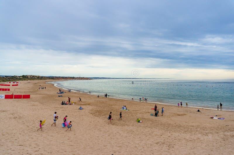 Παραλία Noarlunga λιμένων με τους ανθρώπους που χαλαρώνουν και που κάνουν ηλιοθεραπεία στοκ εικόνες