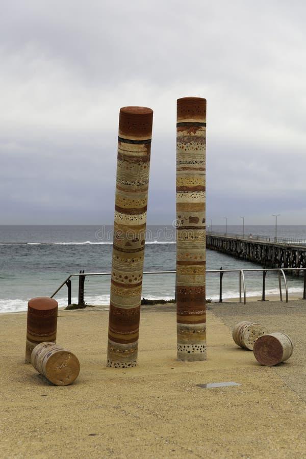Παραλία Noarlunga λιμένων με το λιμενοβραχίονα και το άγαλμα τέχνης Guildhouse, omine στοκ εικόνες