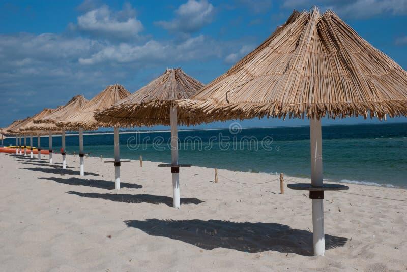 Παραλία parasols και σκιές στοκ εικόνα