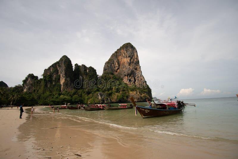 Παραλία Railay, Ταϊλάνδη - 7 Μαΐου 2016: Ξύλινες βάρκες στην παραλία Railay, Ταϊλάνδη στοκ εικόνα