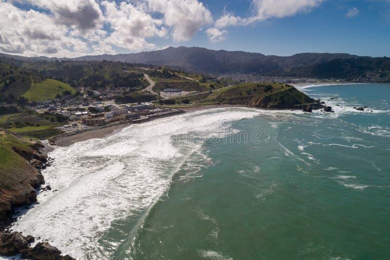 Παραλία Rockaway σε Καλιφόρνια Ωκεανός και κύματα στο υπόβαθρο στοκ εικόνες