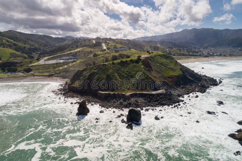 Παραλία Rockaway σε Καλιφόρνια Ωκεανός και κύματα στο υπόβαθρο στοκ φωτογραφία με δικαίωμα ελεύθερης χρήσης