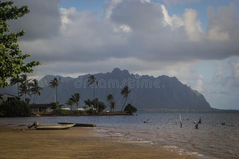 Παραλία Waimanalo κατά τη διάρκεια του misty καιρού με τα συναρπαστικά μεγάλα γκρίζα σύννεφα στον ουρανό στοκ φωτογραφία με δικαίωμα ελεύθερης χρήσης