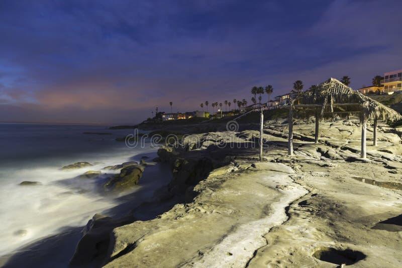Παραλία Windansea και καλυμμένη φοίνικας καλύβα στη Λα Χόγια Σαν Ντιέγκο τη νύχτα στοκ φωτογραφίες