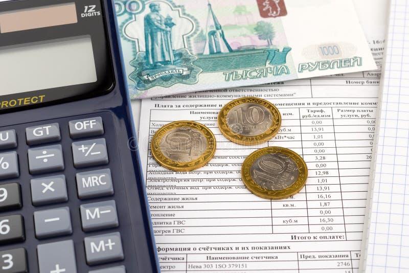 Παραλαβή για την πληρωμή των χρησιμοτήτων, του υπολογιστή και των ρωσικών χρημάτων στοκ εικόνα