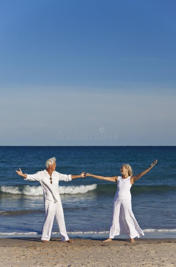 παραλιών ζευγών χορεύοντ&al στοκ εικόνα με δικαίωμα ελεύθερης χρήσης