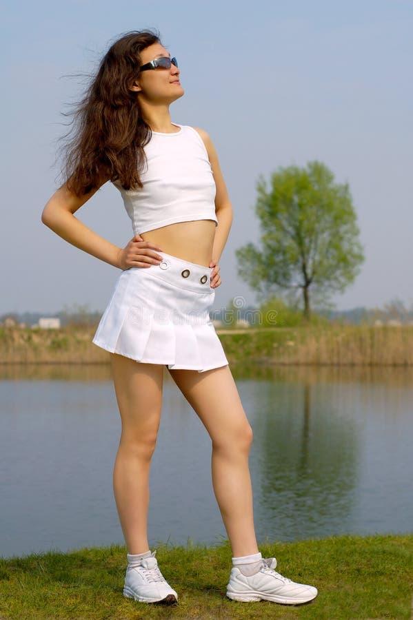 παραλιών όμορφες λευκές νεολαίες φουστών κοριτσιών μίνι στοκ φωτογραφίες με δικαίωμα ελεύθερης χρήσης