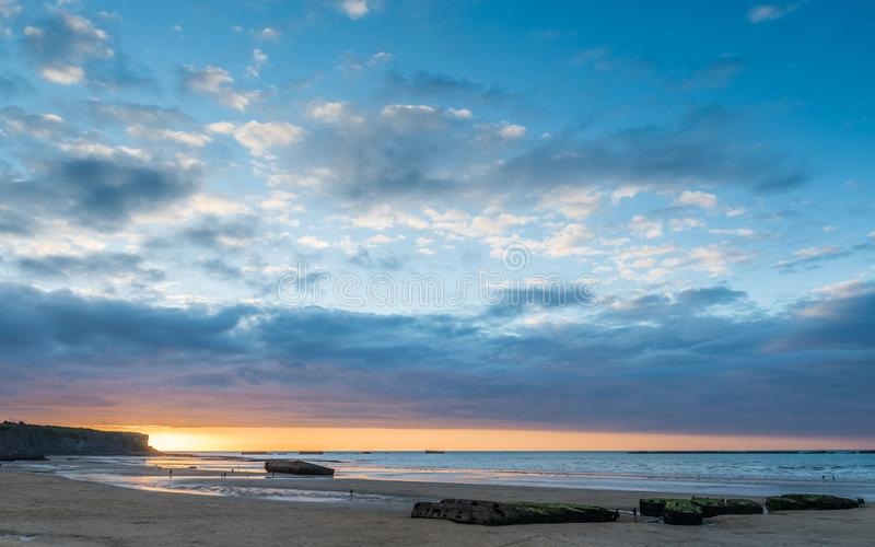 Παραμένει των λιμανιών μουριών στην παραλία σε Arromanche στοκ εικόνα