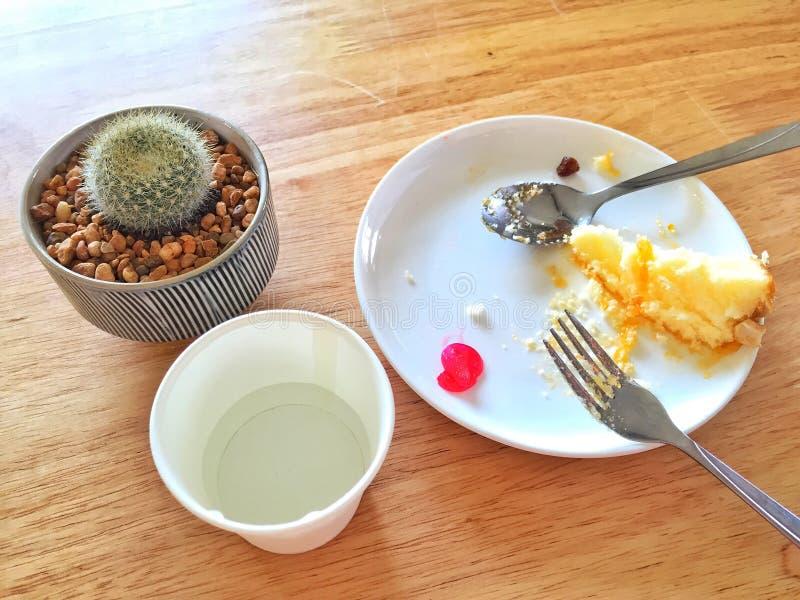 Παραμένοντα κέικ στο άσπρο πιάτο στον καφέ στοκ εικόνα με δικαίωμα ελεύθερης χρήσης