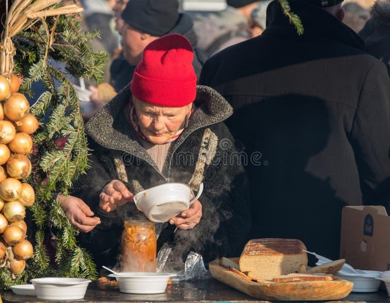 Παραμονή Χριστουγέννων για φτωχός και άστεγος στο κύριο τετράγωνο στην Κρακοβία στοκ εικόνες