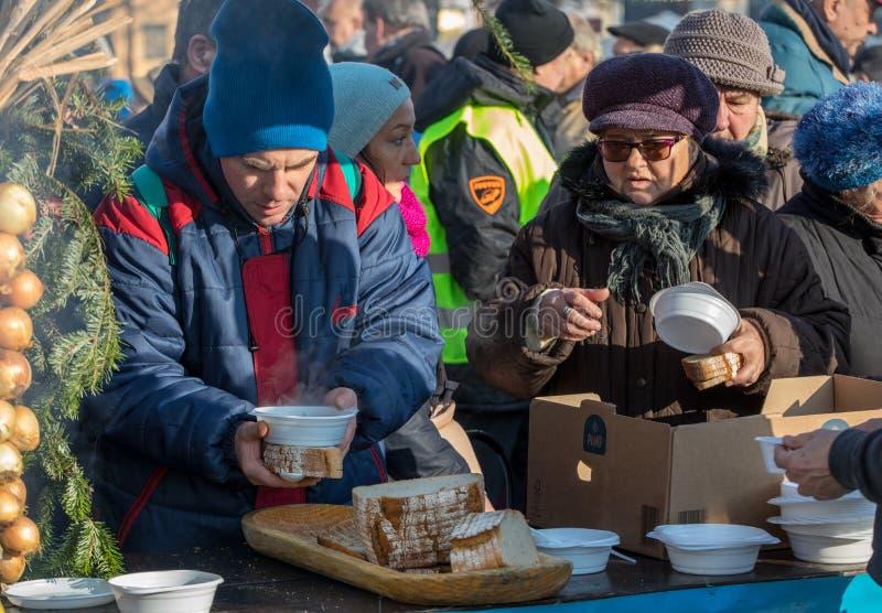 Παραμονή Χριστουγέννων για φτωχός και άστεγος στο κύριο τετράγωνο στην Κρακοβία στοκ φωτογραφία