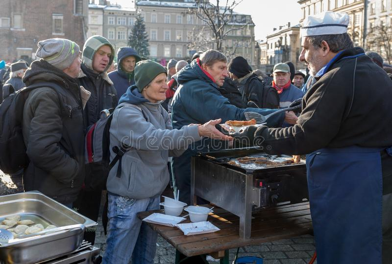 Παραμονή Χριστουγέννων για φτωχός και άστεγος στο κύριο τετράγωνο στην Κρακοβία Κάθε χρόνο η ομάδα Kosciuszko προετοιμάζει τη μέγ στοκ εικόνες