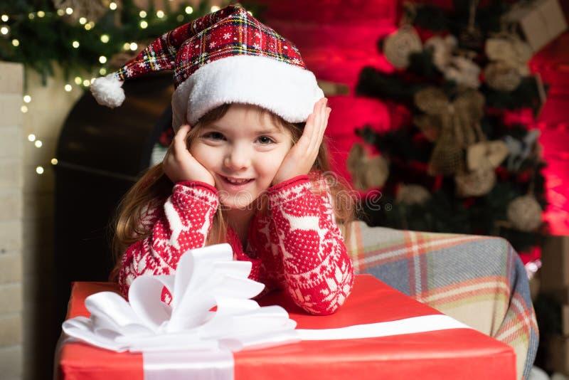 Παραμονή Χριστουγέννων μωρών κοριτσιών Χαριτωμένος λίγο παιχνίδι κοριτσιών παιδιών κοντά στο χριστουγεννιάτικο δέντρο Το παιδί απ στοκ εικόνες με δικαίωμα ελεύθερης χρήσης